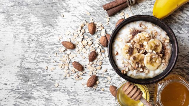 Mais proteína nas papas de aveia? Tem aqui seis formas de o conseguir