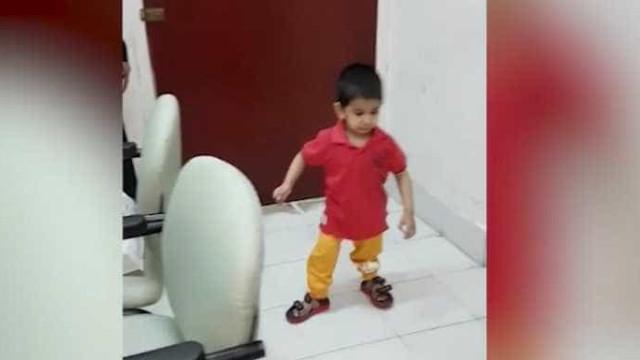 Criança que ficou sem pernas após atropelamento volta a andar