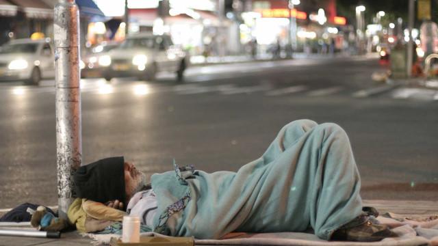 Cartaz que incentiva a não dar esmolas aos sem-abrigo gera polémica