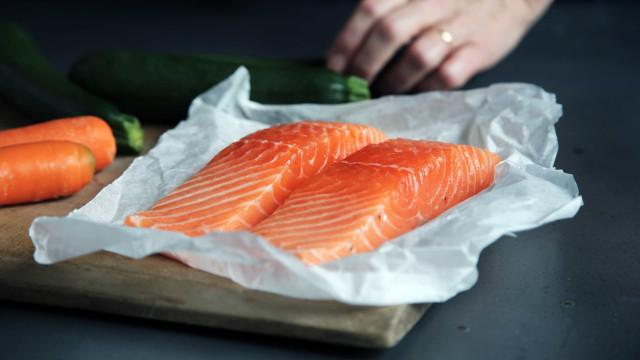 Dormir mais e melhor pode depende do consumo de peixe