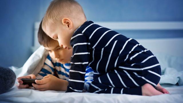O seu filho usa o telemóvel antes de dormir? Conheça todos os riscos
