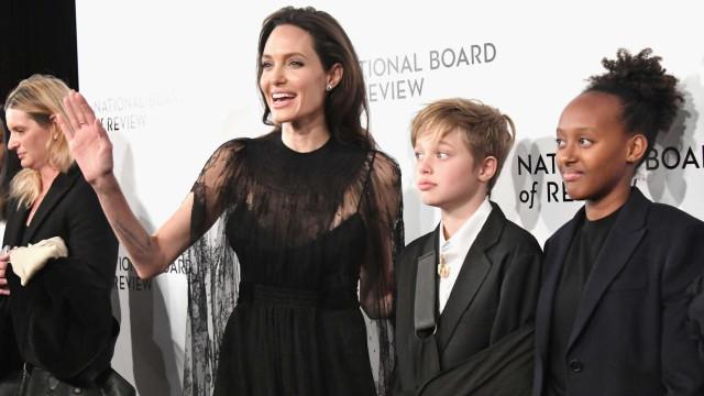 Depois do acidente, filha de Jolie acompanha a mãe em evento