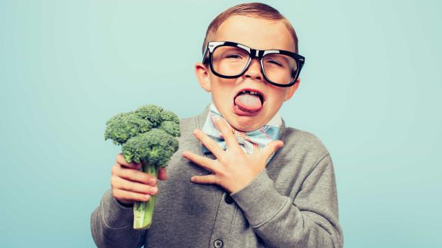 Há uma razão científica para os miúdos fugirem a sete pés dos vegetais