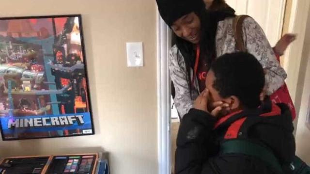 Emocionante momento em que menino sem-abrigo recebe... um quarto