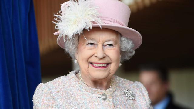 """Rainha Isabel II """"é inteiramente desinteressada em jóias"""""""
