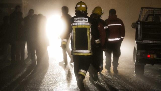 Detida mulher que pegou fogo a almofadas do sofá provocando incêndio