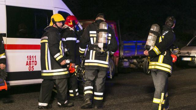 Mais de 20 bombeiros combatem chamas em aviário em Alenquer
