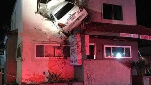 Carro voa quase 20 metros e aterra no último andar de edifício