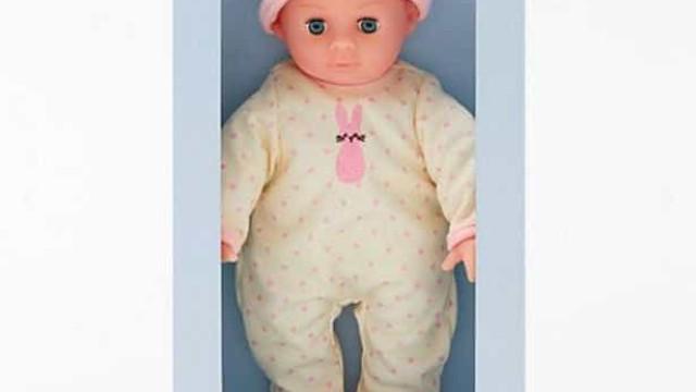 Retalhista pede a quem tenha comprado esta boneca que a devolva