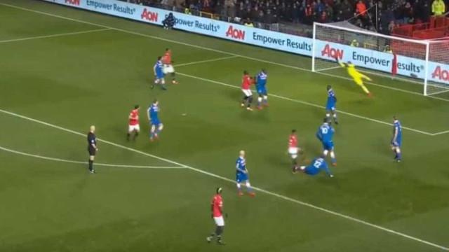 Foi com este 'tiro' que Valencia abriu o marcador em Old Trafford