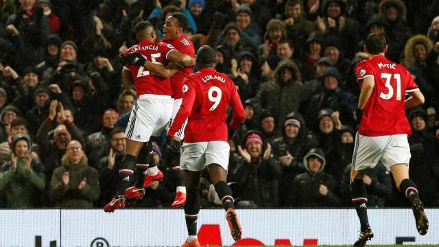 Mourinho aproveita deslize do City e bate Stoke sem contestação