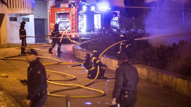 Rescaldo efetuado em incêndio que destruiu loja chinesa nos Olivais