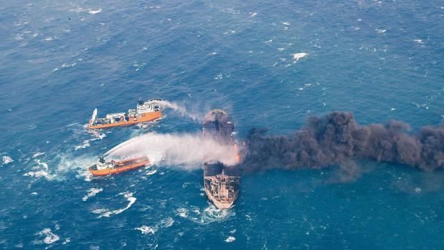 China: Manchas de crude multiplicam-se após explosão de petroleiro no mar