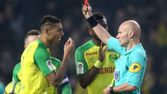 A primeira reação de Diego Carlos ao incidente com o árbitro Tony Chapron