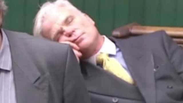 Deputado britânico adormece durante debate na Câmara dos Comuns