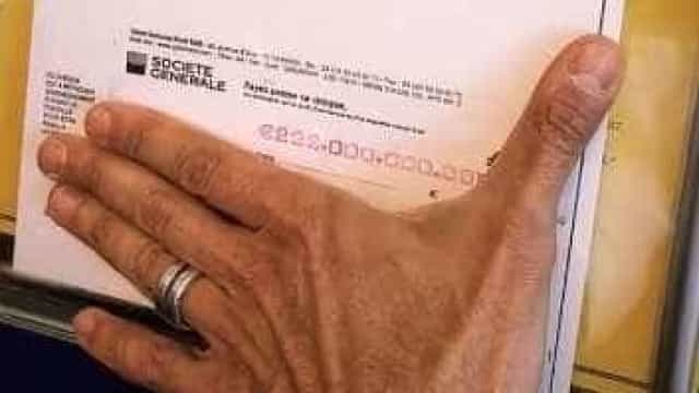 Advogado de Neymar mostra o famoso cheque de 222 milhões de euros