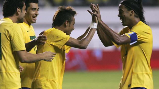 A bonita homenagem de Neymar no adeus de Ronaldinho aos relvados