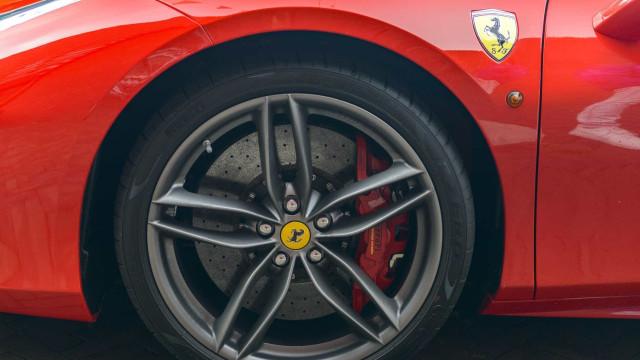 Adeus a mais de 50 supercarros da Ferrari, após passagem do tufão Jebi
