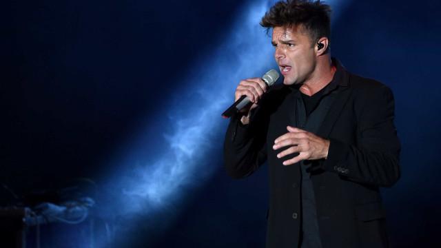 Ricky Martin arrasado ao cantar êxito 'Livin' La Vida Loca'