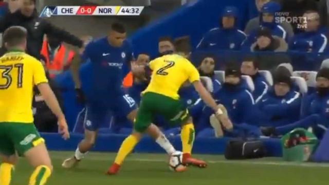 A tremenda maldade de Kenedy a Ivo Pinto na Taça de Inglaterra
