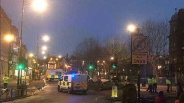Centro comercial inglês evacuado devido a pacote suspeito
