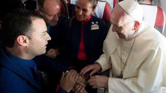 Papa celebra casamento em pleno voo após conhecer história do casal