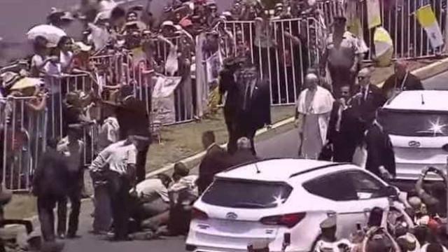 Militar cai de cavalo durante visita do Papa. Francisco foi ajudar