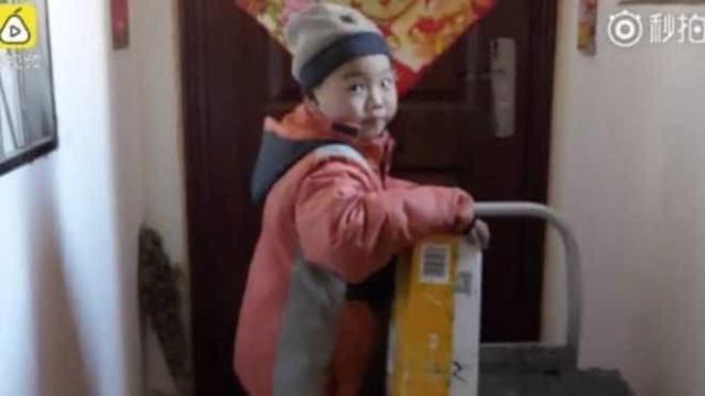 Li, o estafeta de sete anos que provocou um debate internacional
