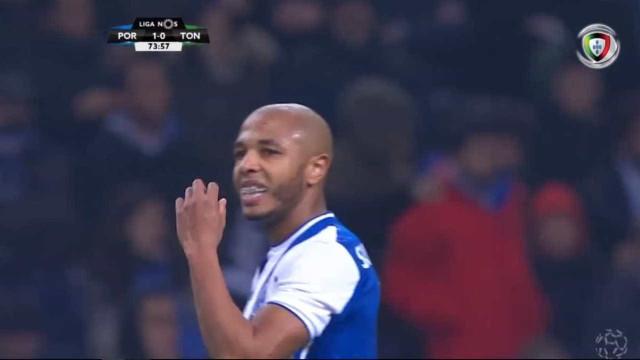 Brahimi agita as redes da baliza do Tondela mas árbitro anula golo