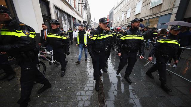 """Polícia holandesa vai """"despir"""" jovens cujas roupas sejam demasiado caras"""