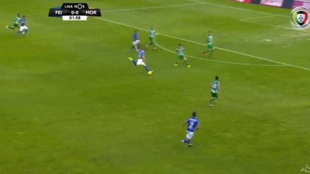 Mau alívio da defesa do Moreirense resulta neste golo de João Silva