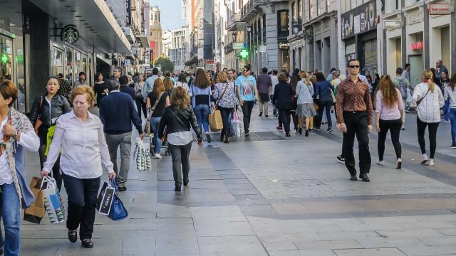 Qual é a influência de uma nova loja nos comportamentos da população?