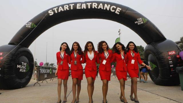 Farda (demasiado curta) das assistentes de bordo da AirAsia gera polémica