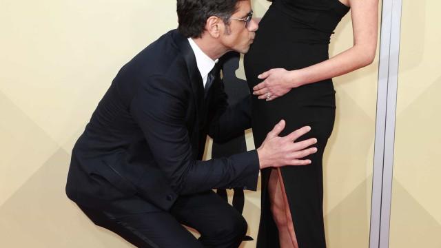 John Stamos beija barriga de grávida da noiva na passadeira vermelha