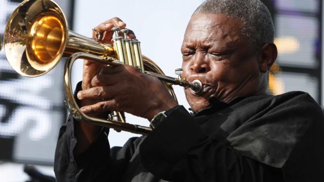Trompetista de jazz Hugh Masekela morreu aos 78 anos