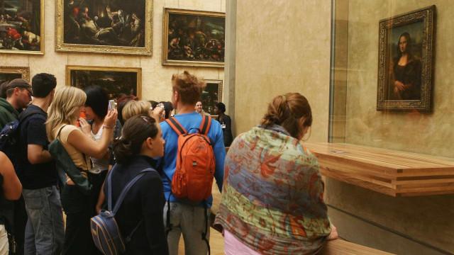 Em pleno Louvre decidiu despir-se em frente à Mona Lisa