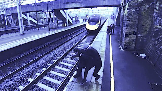 Mulher corajosa impede tragédia na linha de comboio