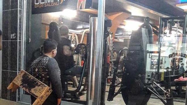 Imagem de refugiado a olhar para ginásio torna-se viral e muda-lhe a vida
