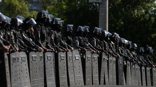 Polícia de choque no tribunal e povo na rua enquanto Lula é julgado