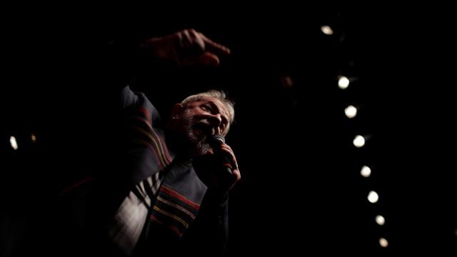 Emoção e tensão no Brasil. Lula da Silva vai entregar-se depois da missa