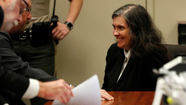 Louise Turpin esboça sorriso ao saber que está proibida de ver os filhos