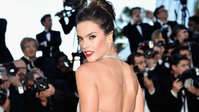 Alessandra Ambrosio não poupou na sensualidade na hora de apoiar o Brasil