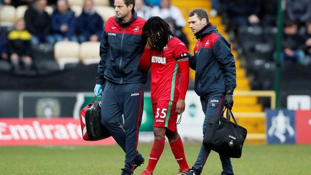 Renato Sanches volta a jogar pelo Swansea... e acaba novamente lesionado