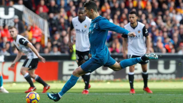 Cristiano Ronaldo bisa no goleada merengue arrancada no Mestalla
