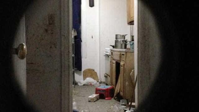 Menino deixado em casa sozinho. Apartamento tinha fezes e ratos