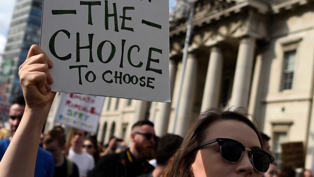 "Aborto. Fez-se história na Irlanda, mas sobra ""limbo"" na Irlanda do Norte"