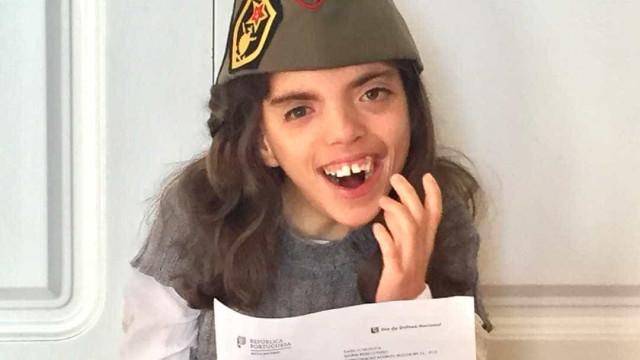 """Maria tem deficiência """"única no mundo"""" e foi convocada para Dia da Defesa"""
