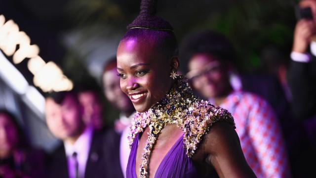 Lupita Nyong'o arrasa com vestido poderoso em antestreia de filme