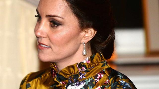 Kate Middleton brilha com vestido dourado e de padrão floral