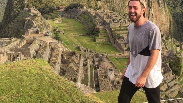 Jovem aventureiro morreu mas estranhos estão a ajudá-lo a seguir viagem